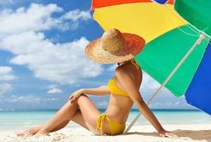 В какое время лучше загорать на солнце: безопасные часы для загара, в том числе на море