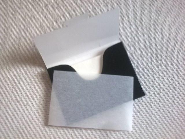 Матирующие салфетки для лица — для чего нужны и как их использовать от жирного блеска
