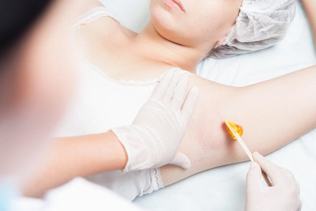 Восковая эпиляция подмышек: как правильно делать, особенности процедуры, отзывы