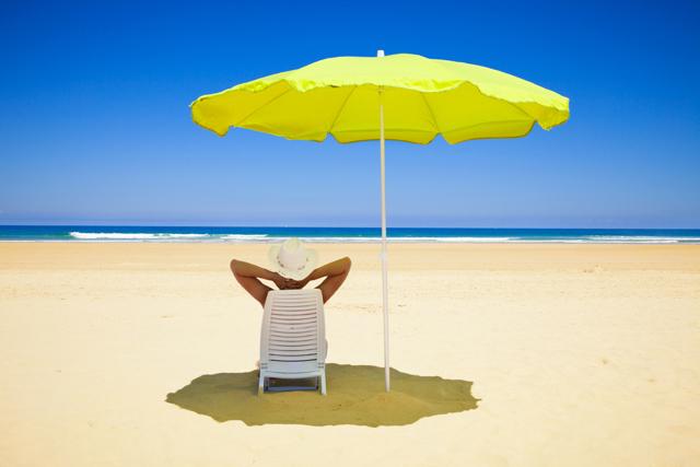 Можно ли загореть в тени: особенности загара под зонтом на пляже, под навесом, под деревьями